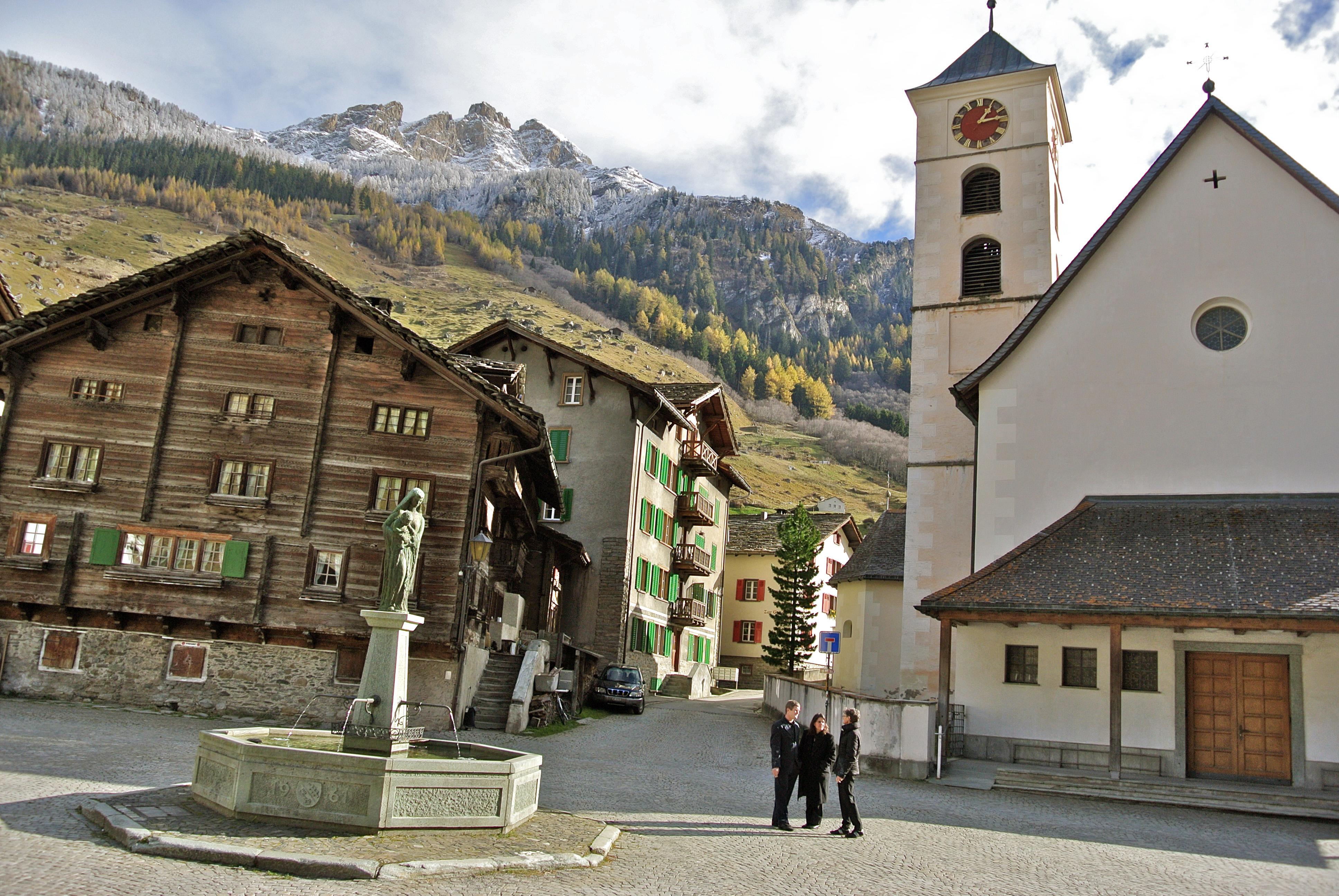 Das Grosshus (BIldmitte) an der Valser Kirchgasse, im Vordergrund der Dorfplatz.